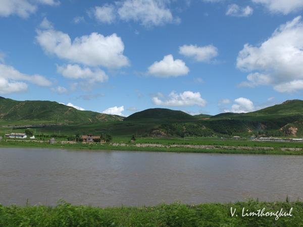ดินแดนจีนกับเกาหลีเหนือ ห่างกันเพียงแม่น้ำกั้นแคบๆ โดยส่วนใหญ่หากชาวเกาหลีเหนือจะหลบหนีข้ามฝั่งมายังจีนจะใช้โอกาสในช่วงฤดูหนาวที่น้ำในแม่น้ำจับตัวเป็นน้ำแข็ง (ภาพถ่ายโดยผู้เขียนเมื่อเดือนกรกฎาคมปี 2555)