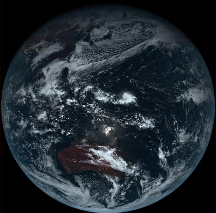 <br><FONT color=#00003>ภาพแรกที่ส่งมาจากความสูง 35,800 กิโลเมตรเหนือเส้นศูนย์สูตร เมื่อวันที่ 7 ก.ค.2558 ขณะที่หย่อมความกดอากาศต่ำ 3 หย่อม กำลังก่อตัวขึ้นในย่านนี้ ก่อนจะพัฒนามาเป็นพายุโซนร้อนหนึ่งกับไต้ฝุ่นอีกสองลูก ในเวลาต่อมา แต่ทั้งหมดไม่เคยคลาดจากสายตาบนห้วงหาว .. ดาวเทียม Himawari-8 <a href=http://www.jma.go.jp/jma/jma-eng/satellite/news/himawari89/20141218_himawari8_first_images.html>คลิกที่นี่เพื่อชมภาพมากกว่านี้. </a></b>