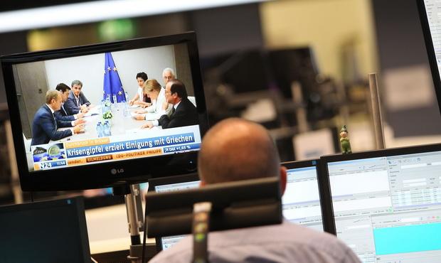 นักลงทุนในตลาดหุ้นแฟรงค์เฟิร์ตจับตาการประชุมหาทางออกระหว่างกรีซกับเหล่าเจ้าหนี้เมื่อวันจันทร์(13ก.ค.)ก่อนผู้นำยูโรโซนประสบความสำเร็จ บีบบังคับให้นายกรัฐมนตรีอเล็กซิส ซีปราส ของกรีซ ต้องตกลงยอมรับข้อเรียกร้องให้ดำเนินการปฏิรูปอันเข้มงวด
