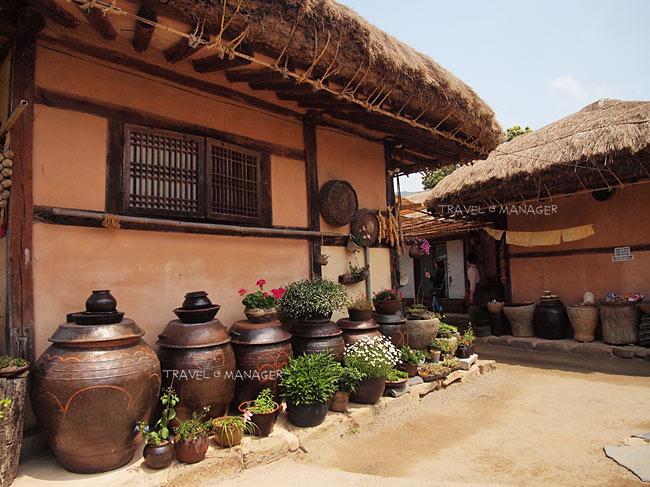 บ้านเกาหลีโบราณหลังคามุงด้วยฟางในหมู่บ้านพื้นเมืองแวอัม