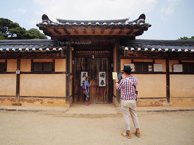 นักท่องเที่ยวถ่ายภาพบริเวณประตูรั้วหน้าบ้าน