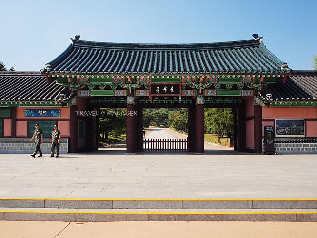 ทางเข้าศาลเฮียงชุงซา ไปสักการะดวงวิญญาณของนายพลอี ซุน ซิน