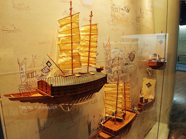 เรือรบเกาหลีโบราณจำลองภายในพิพิธภัณฑ์
