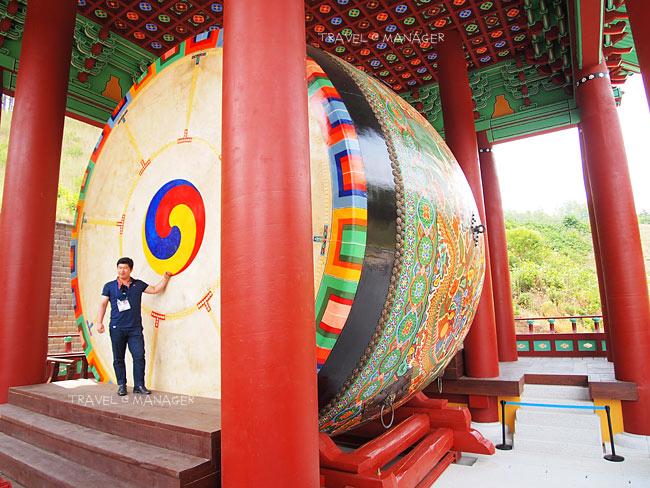 กลองแบบเกาหลีสร้างด้วยไม้สน มีความสูงถึง 6 เมตร
