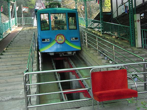 รถเคเบิลกับเก้าอี้แดง