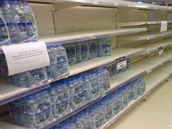 วิกฤตน้ำบานปลาย แห่กักตุนน้ำดื่ม-แอบขึ้นราคา!