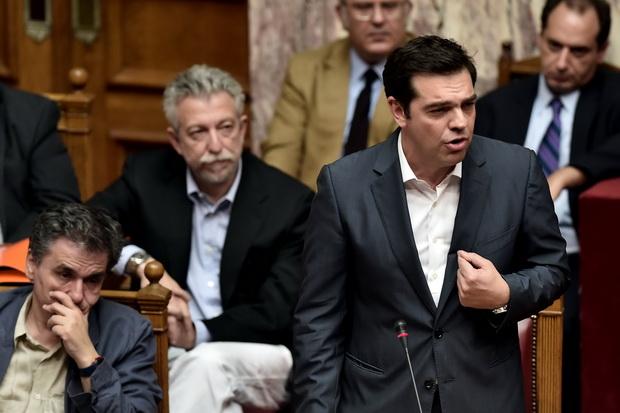 นายอเล็กซิส ซีปราส นายกรัฐมนตรีกรีซ ลุกขึ้นแจงระหว่างศึกอภิปรายข้อตกลงช่วยเหลือตามเงื่อนไขของเจ้าหนี้นานาชาติ ก่อนที่รัฐสภาจะมีมติเห็นชอบด้วยคะแนน 229 ต่อ 64 เสียงและงดออกเสียง 6 คน