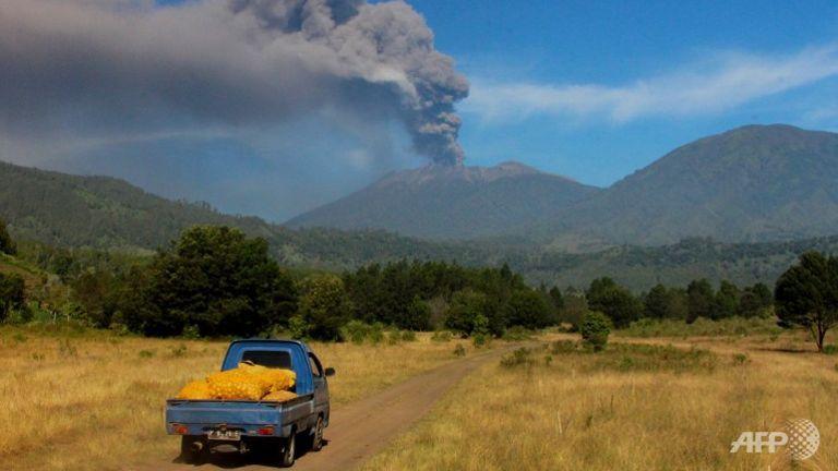 """อิเหนาสั่งปิด """"สนามบินเมืองสุราบายา"""" เหตุเจอเถ้าภูเขาไฟราอุงปกคลุม"""