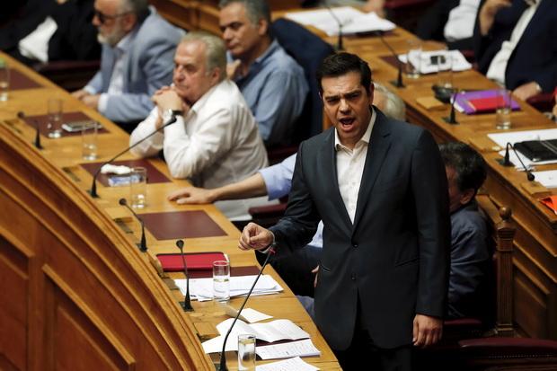 นายกรัฐมนตรีกรีซ อเล็กซิส ซีปราส สามารถรวบรวมเสียงสนับสนุนได้ 229 เสียงจากทั้งรัฐสภา 300 เสียง  ผ่านมาตรการปฏิรูปสุดโหดตามข้อเรียกร้องของคณะเจ้าหน้าระหว่างประเทศแล้วเมื่อคืนวันพุธ (15 ก.ค.)