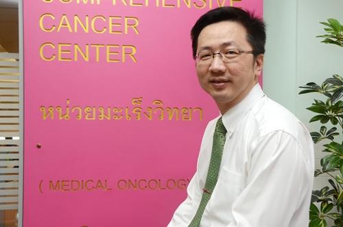 """""""รศ.นพ.วิโรจน์ ศรีอุฬารพงศ์"""" นายกสมาคมมะเร็งวิทยาสมาคมแห่งประเทศไทย และเลขาธิการศูนย์โรคมะเร็งครบวงจรแห่งโรงพยาบาลจุฬาลงกรณ์"""