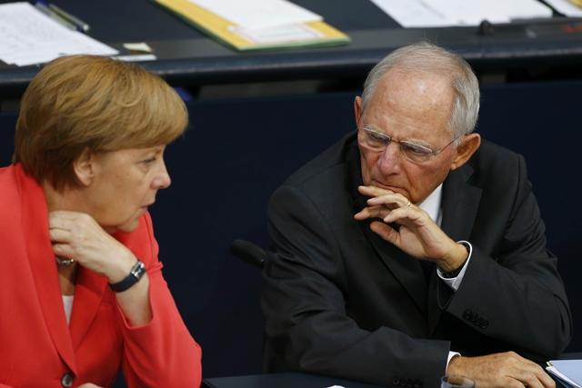 <b><i>นายกรัฐมนตรีอังเกลา แมร์เคิล กับ รัฐมนตรีคลัง โวล์ฟกัง ชอยเบิล ของเยอรมนี ขณะเข้าร่วมการประชุมรัฐสภาเยอรมนี ในกรุงเบอร์ลิน เมื่อวันศุกร์ (17ก.ค.) ซึ่งที่ประชุมตกลงยอมรับแผนการของรัฐบาลในการเปิดเจรจาให้เงินกู้ก้อนใหม่แก่กรีซแลกกับมาตรการรัดเข็มขัดและปฏิรูปอันเข้มงวด  ทั้งนี้ผลโพลล่าสุดระบุว่าประชาชนเยอรมันกว่าครึ่งกลับไม่เห็นด้วยกับเรื่องนี้ </b></i>
