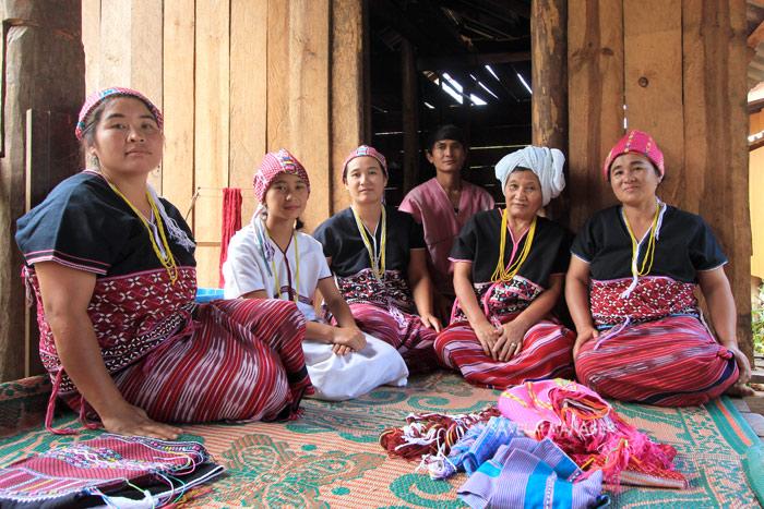 ชาวปกาเกอะญอบ้านห้วยฮ่อม ผู้ชายคนกลางคือพี่เช ประธานกลุ่มการท่องเที่ยวโดยชุมชนเหล่อชอ