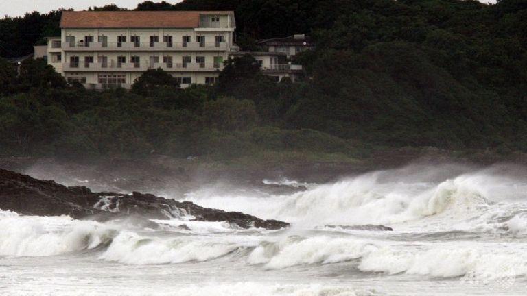 ไต้ฝุ่นนังกาทำให้เกิดคลื่นลมแรงที่ชายหาดเมืองฮยูงะ จังหวัดมิยาซากิ บนเกาะคิวชูของญี่ปุ่น เมื่อวันที่ 16 ก.ค.