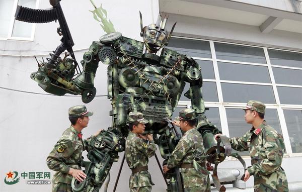 """ฮือฮา...ทหารจีนสร้างหุ่นยนต์รบ """"ทรานสฟอร์เมอร์ส"""" จากเครื่องยนต์ใช้แล้ว"""