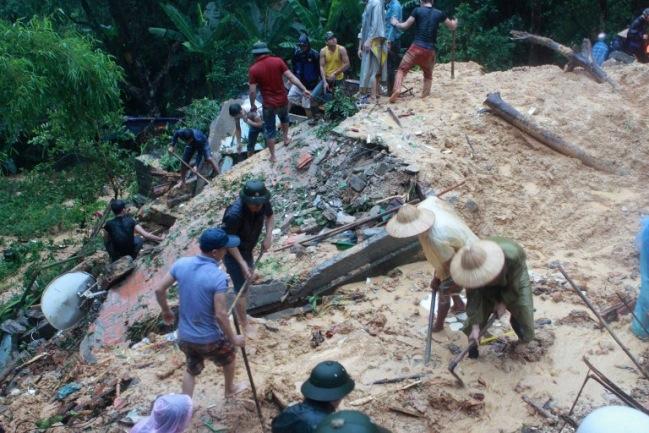 <br><FONT color=#000033>ชาวเวียดนามช่วยกันขุดดินในพื้นที่ประสบภัยดินถล่มจากอิทธิพลของน้ำท่วมในเมืองฮาลอง จ.กว๋างนิง ทางภาคเหนือของเวียดนาม วันที่ 28 ก.ค. เจ้าหน้าที่เวียดนามระบุว่ามีผู้เสียชีวิตแล้วอย่างน้อย 14 คน จากเหตุน้ำท่วมครั้งเลวร้ายที่สุดในรอบ 40 ปีของจังหวัด.--Agence France-Presse/Vietnam News Agency.</font></b>