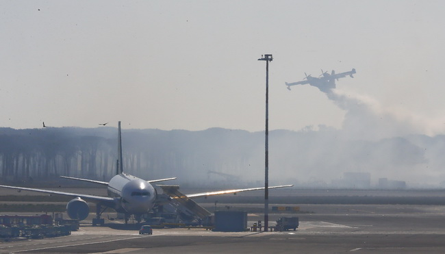 ไฟป่าส่งควันโขมงปกคลุมท่าอากาศยานกรุงโรม ระงับเที่ยวบินชั่วคราว