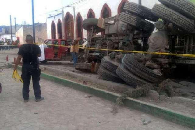 """สลด! รถบรรทุก """"เบรกแตก"""" พุ่งกวาดขบวนผู้แสวงบุญในแดนจังโก้ ดับ 16 ศพ"""