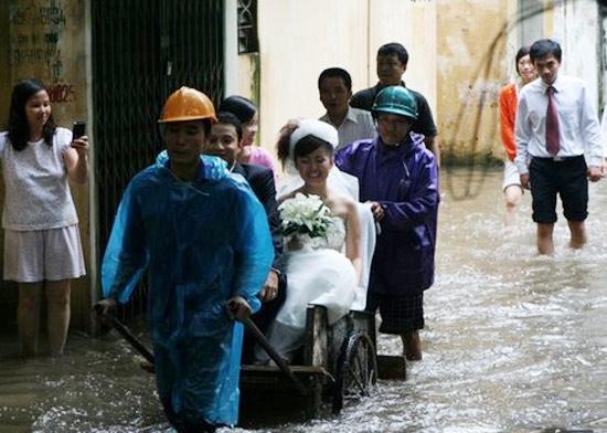 <bR><FONT color=#000033>และ.. นี่เป็นขบวนแห่เจ้าบ่าวเจ้าสาวในกรุงฮานอย ในเหตุอุกทกภัยในเมืองหลวงปี 2551. </b>