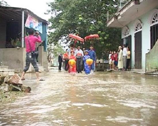 <FONT color=#000033>วันชื่นคืนสุขอีกงาน ที่ อ.เฮืองจ่า (Huong Tra) จ.เถื่อเทียนเหว (Thua Thien Hue) เมื่อปี 2554 ขบวนแห่ของเจ้าบ่าวลุยน้ำไปยังบ้านเจ้าสาว.  </b>