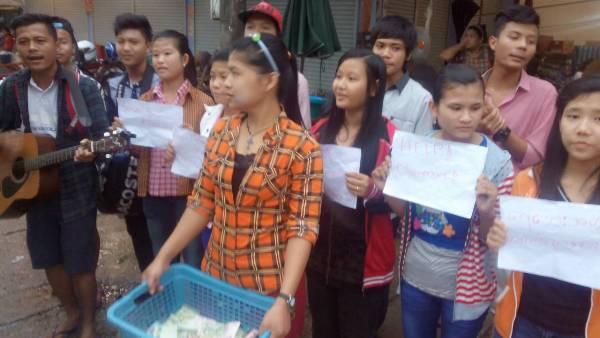 เด็กกะเหรี่ยง-พม่าถือตะกร้าร้องเพลงทั่วแม่สอดหวังระดมเงินช่วยเหยื่อน้ำท่วมพม่า