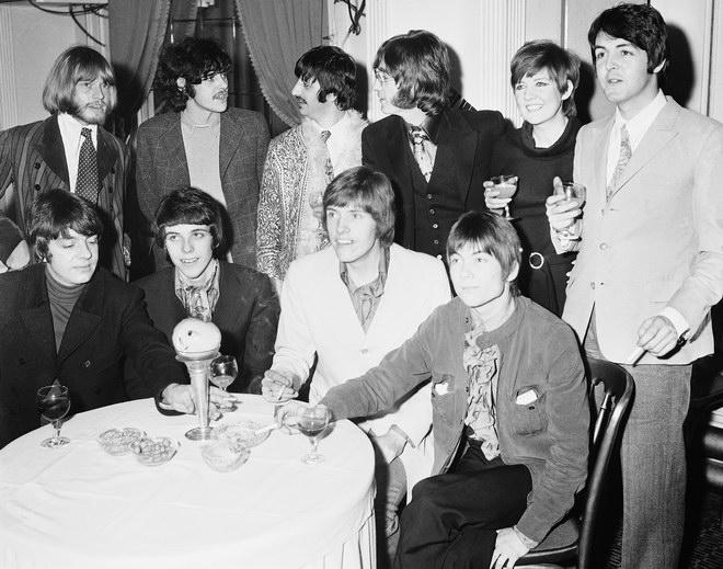 """""""ซิลลา แบล็ค"""" และศิลปินระดับตำนานในยุคเดียวกันทั้งสมาชิกวง Graperfruit, ไบรอัน โจนส์ แห่งวง Rolling Stone, ศิลปินโฟล์ค โดโนแวน และ ริงโก สตาร์, จอห์น เลนนอน กับ พอล แม็คคาร์นีย์ แห่ง The Beatles"""