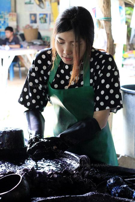 ลงมือทำผ้ามัดย้อมหม้อห้อม