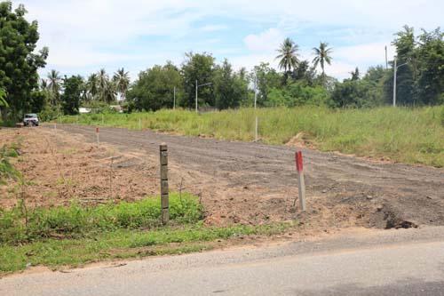 พื้นที่ที่มีการนำหินคลุกมาปรับถมให้ในที่ดินของเอกชน