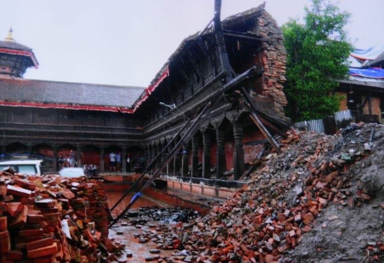 อาคารในเนปาลที่เสียดายจากแผ่นดินไหว. แต่มีการค้ำยันที่ถูกต้องคือยันไปถึงคานระหว่างชั้น (ภาพจากคณะนักวิจัย)
