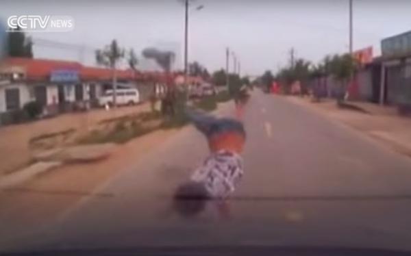 เด็กวิ่งพรวดข้ามถนนไม่ดูรถ ถูกชนตัวลอยกระเด็นไปไกล โชคดีเจ็บเล็กน้อย (ชมคลิป)