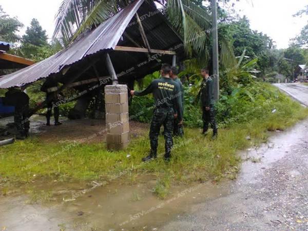 ทหารเร่งซ่อมแซมบ้านเรือนเสียหายจากพายุที่ระนอง