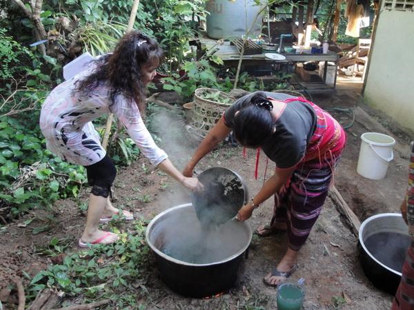 """ทึ่ง! """"เมล็ดคอคอเด๊าะ"""" ต้นไม้ชนเผ่ากะเหรี่ยงสร้างนวัตกรรมใหม่ให้วงการสิ่งทอไทย"""