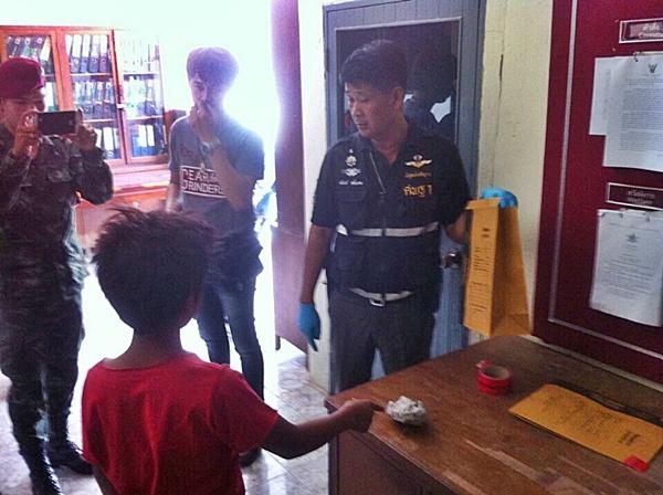 ตร.อ่างทองจับได้แล้ว 1 ราย เด็กกัมพูชาวัย 14 ปาหินใส่รถ เร่งตามล่าอีก 1 ยังหลบหนี (ชมคลิป)