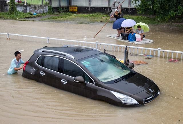 """ไต้ฝุ่น """"เซาเดโลร์"""" ทำ """"จีน"""" เจอฝนหนักรอบร้อยปี ตายเพิ่มเป็น 12 เศรษฐกิจพังร่วม 2 หมื่นล้าน"""
