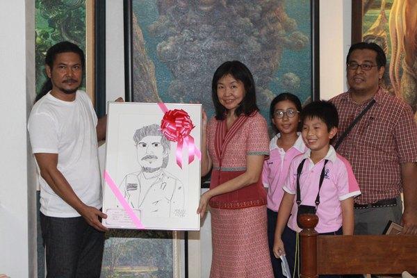 สมใจ จงรักวิทย์ ประธานโครงการArt Learning และเด็กๆ มอบภาพเขียนให้ศิลปิน