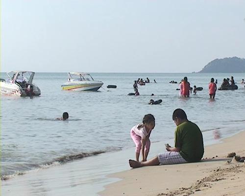 ประชาชนพาแม่เที่ยวทะเล-น้ำตกกระทิงวันแม่แห่งชาติกันคึกคัก