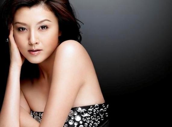 """""""โนริกะ ฟุจิวาระ"""" ดาราสาวชื่อดังของญี่ปุ่น ที่ถูกระบุว่ามีหน้าตาคล้ายกับหญิงสาวผู้ตกเป็นข่าวกับนายชินจิโร โคอิสุมิ"""