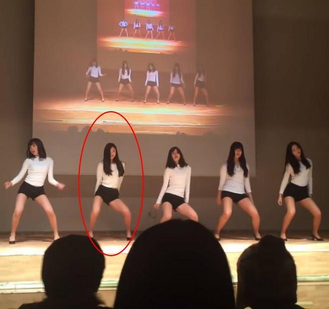 """(ชมคลิป) เซ็กซีไปไหมเนี่ย! อดีตดาราเด็ก """"คิมยูจอง"""" เต้นโคฟเวอร์ EXID ในงานโรงเรียน"""