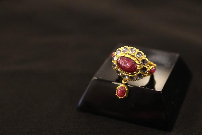 แหวนรังแตนมีเปียทองคำประดับทับทิมและเพชรซีกขนาดเล็ก