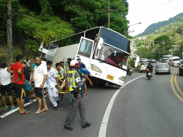 รถบัสส่งนักท่องเที่ยวไหลชนเหล็กกั้นทางลงเขาป่าตอง ขณะที่กมลารถ 6 ล้อชน จยย.พ่วงข้างดับ 1 ราย