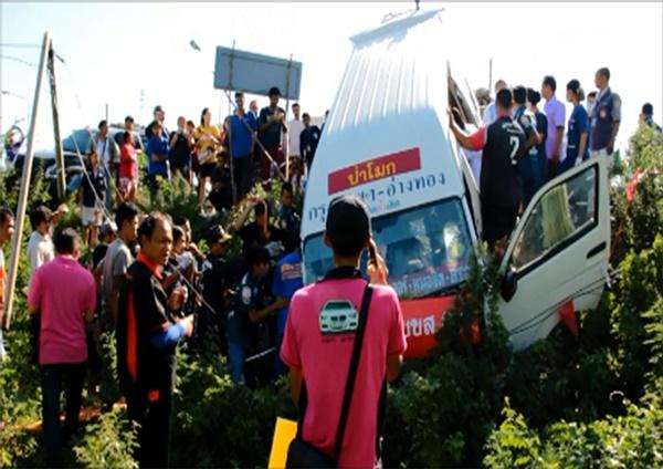 รถตู้โดยสารกรุงเทพฯ-อ่างทอง พุ่งชนรถกระบะ-เก๋งตกร่องกลางถนนเจ็บ 4 ราย