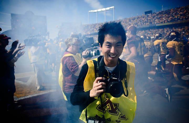 แอนโทนี กวาน ฮก ชุน ช่างภาพชาวฮ่องกงซึ่งถูกตำรวจไทยจับกุมฐานพกเสื้อเกราะและหมวกกันกระสุนโดยไม่ได้รับอนุญาต ขณะเดินทางเข้ามาทำข่าวเหตุระเบิดที่สี่แยกราชประสงค์เมื่อสัปดาห์ที่แล้ว (ภาพ - เซาท์ไชน่ามอร์นิงโพสต์)