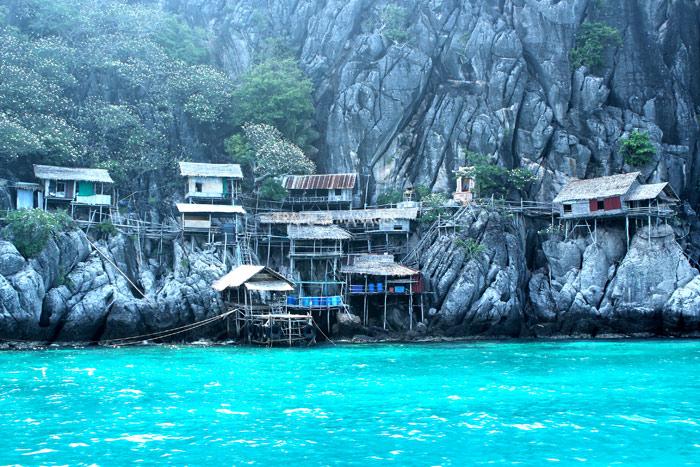 เกาะง่ามใหญ่-ง่ามน้อย เป็นเกาะสัมปทานรังนก บนเกาะจึงมีบ้านพักของคนเก็บรังนกและคนเฝ้าเกาะให้ล่องเรือชมกันเป็นอีกหนึ่งสีสัน