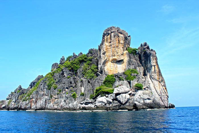 เกาะง่ามใหญ่ในมุมมองหินผาที่ดูคล้ายฝ่ามืออันได้รับการเรียกขานว่า ฝ่ามือพระพุทธเจ้า