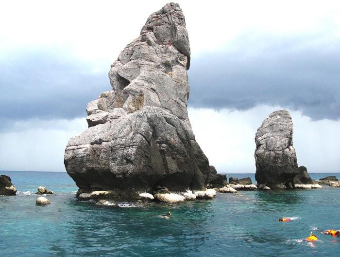 หินรูปเจดีย์ เกาะง่ามใหญ่ เป็นอีกหนึ่งแหล่งดำน้ำชั้นดีของทะเลชุมพร