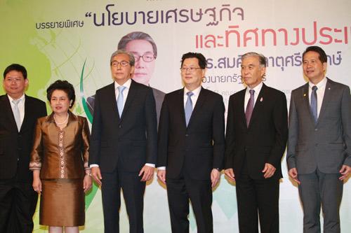"""นายสมคิดขณะกล่าวปาฐกถาพิเศษ เรื่อง """"นโยบายเศรษฐกิจและทิศทางประเทศไทย"""" ที่ห้องนภาลัยบอลรูม โรงแรมดุสิตธานี กรุงเทพฯ เมื่อวันที่  27 สิงหาคม"""