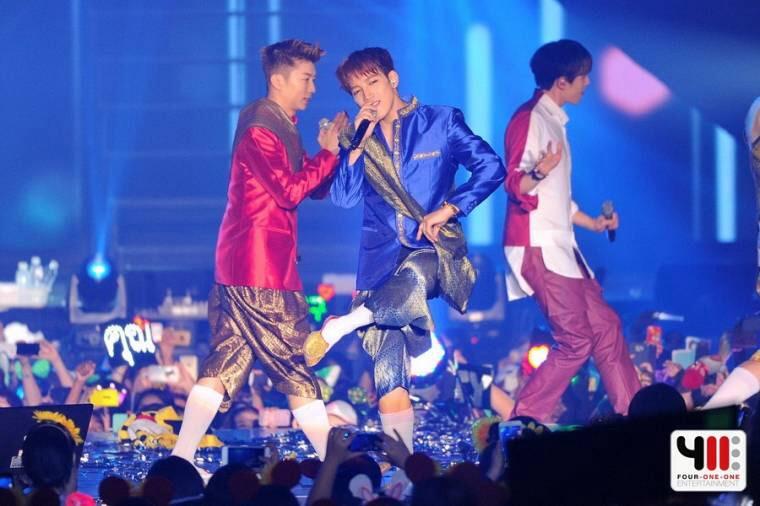 """""""2PM""""ได้ใจแฟนคลับร้องเพลงไทยใส่ชุดไทยในงานมีทติง"""