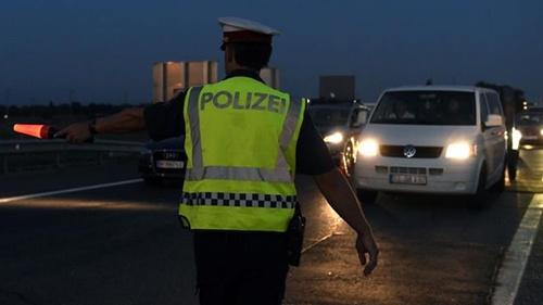 ออสเตรียคุมเข้มถนนแถวชายแดนฮังการี ตั้งด่านสกัดจับพวกค้ามนุษย์