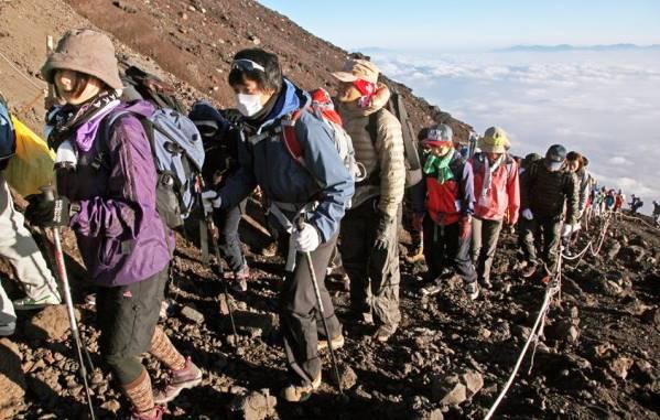 ภูเขาไฟฟูจิเตรียมบังคับให้นักปีนเขาสวมหมวกนิรภัย