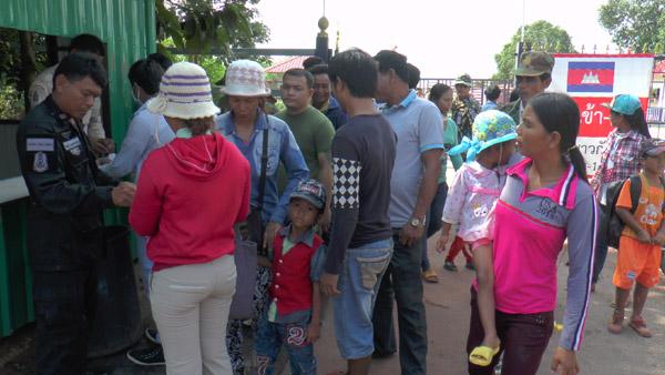 """ชาวไทย-เขมรหลายพันแห่ซื้อสินค้าตลาดนัดชายแดน""""ช่องสายตะกู""""บุรีรัมย์"""