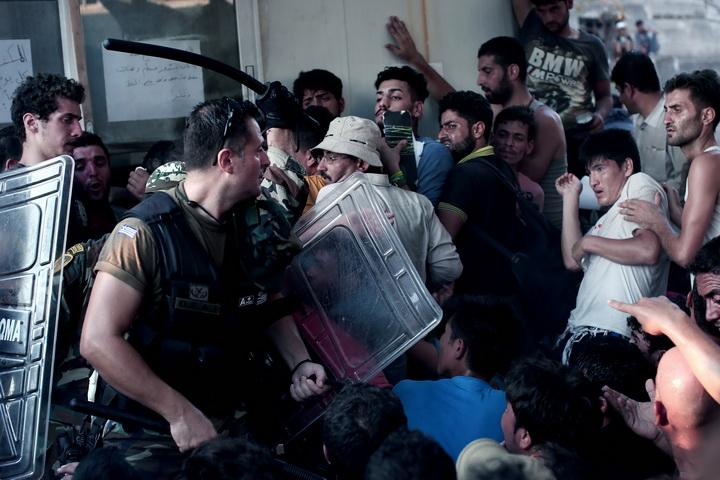 วิกฤตลี้ภัยตึงเครียด!ผู้อพยพตะลุมบอนจนท.บนเกาะกรีซ ผู้บริหารร้องประกาศภาวะฉุกเฉิน